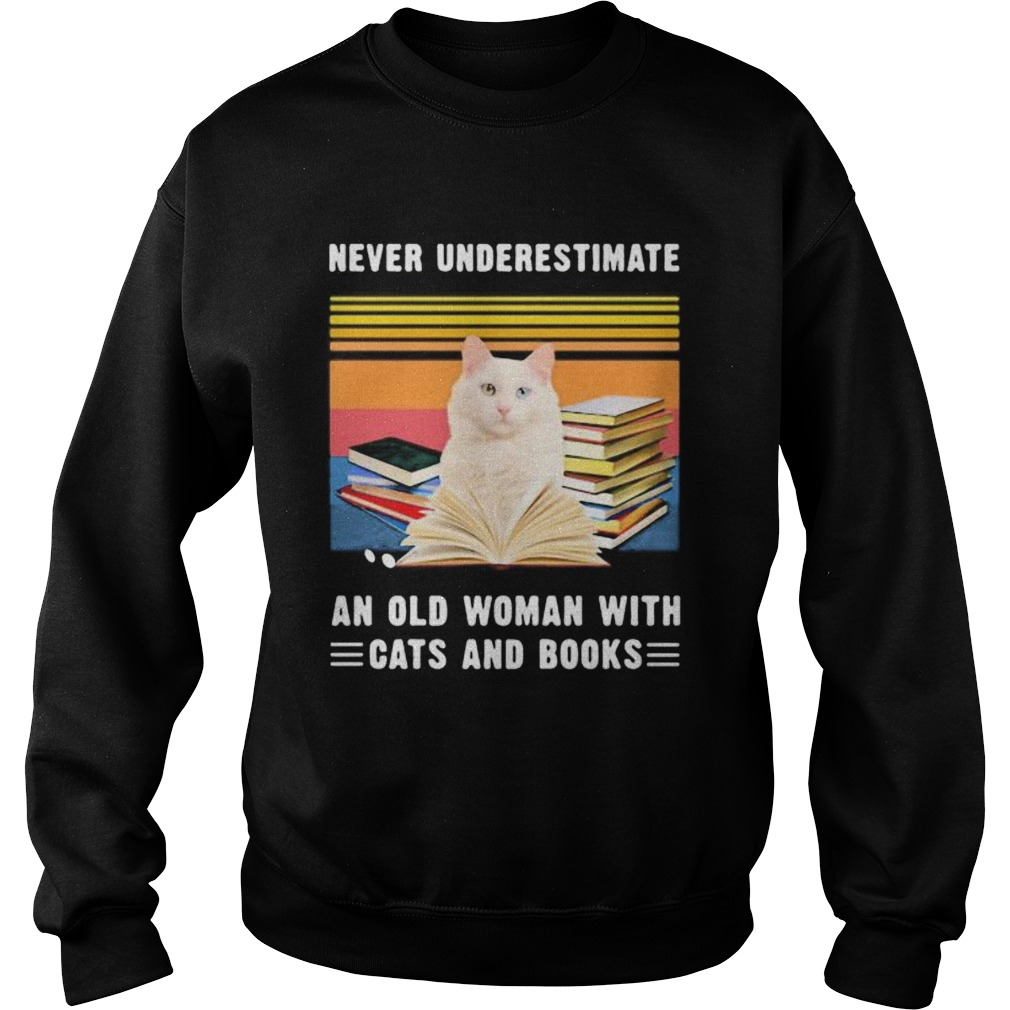 NEVER UNDERESTIMATE AN OLD WOMAN WITH CATS AND BOOKS TURKISH VAN CAT VINTAGE RETRO  Sweatshirt
